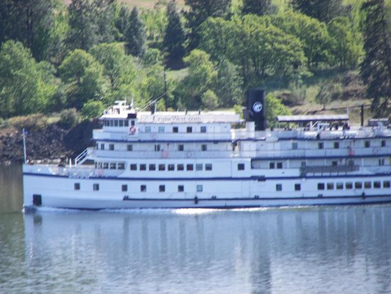 Husum Highlands Bed and Breakfast : Sternwheeler on the Columbia River just out of White Salmon