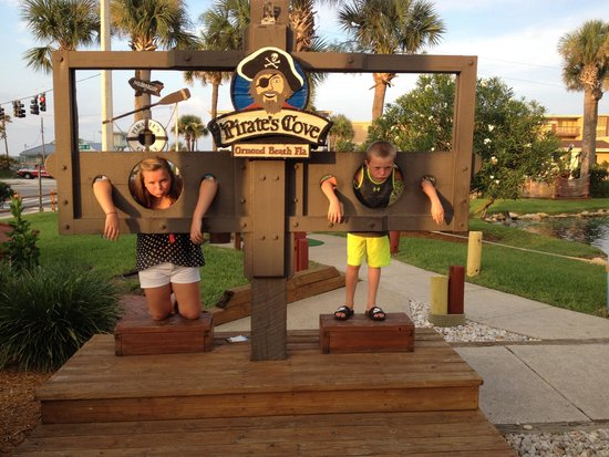 Pirate's Cove Adventure Golf : They're in trouble now