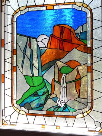 Blackberry Inn at Yosemite: Stained glass of Yosemite Valley in the main building