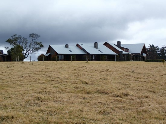 Spicers Peak Lodge: View of back of lodge from the extensive grounds
