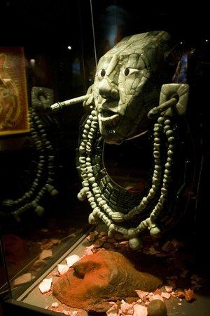 Museo Mesoamericano del Jade: Réplica de máscara hallada en tumba de Pakal.