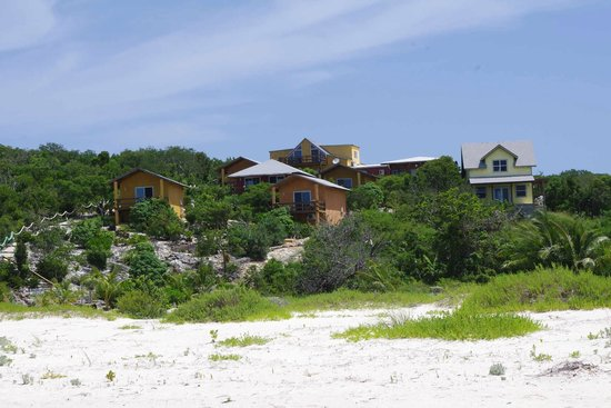 Shannas Cove Resort: view of the bungalows from the beach