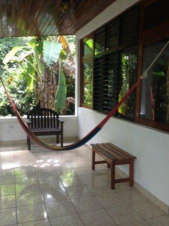 Hotel Jaguar Inn Tikal: Porch area with hammock