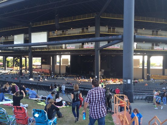 Hollywood Casino Amphitheater: Not sure why everyone hates the venue.   Pretty standard amphitheater experience.