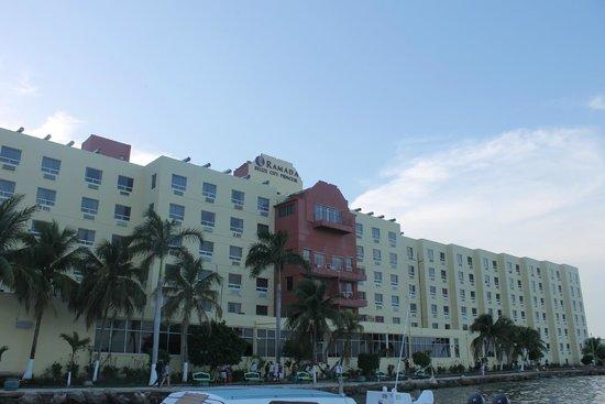 Ramada Belize City Princess Hotel: Vista desde el muelle hacia el hotel