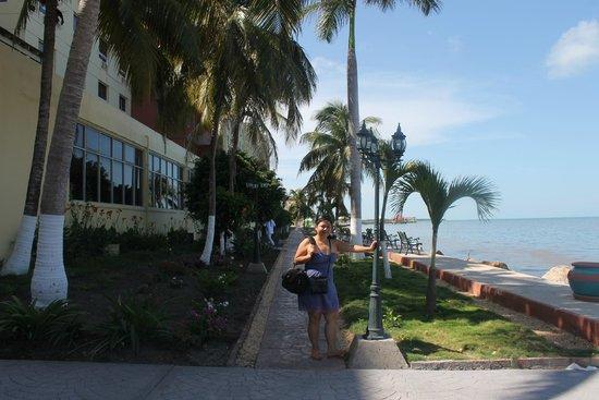 Ramada Belize City Princess Hotel: Frente al hotel