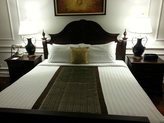 Dhavara Hotel: King bed