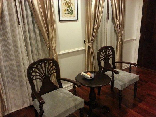 Dhavara Hotel: Window sitting area in the room