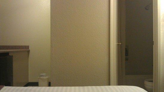 Mardi Gras Hotel & Casino: Link soort van keuken, rechts badkamer