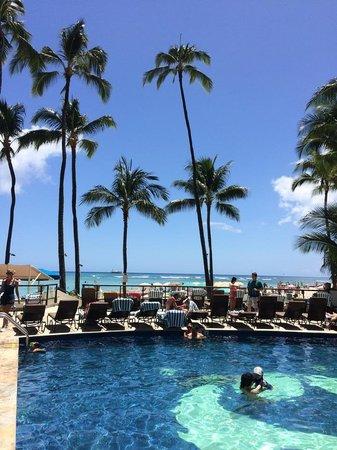 Outrigger Waikiki Beach Resort : Pool area looking towards beach