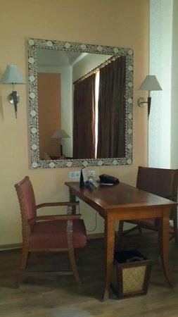 Le Meridien Jaipur: Study in the room