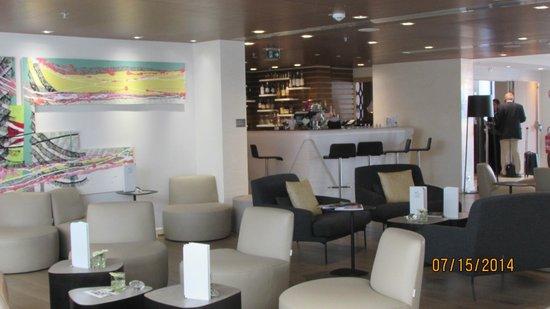 Renaissance Aix-en-Provence Hotel: Bar and lobby