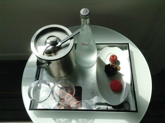 Renaissance Aix-en-Provence Hotel : Welcome tray in our room