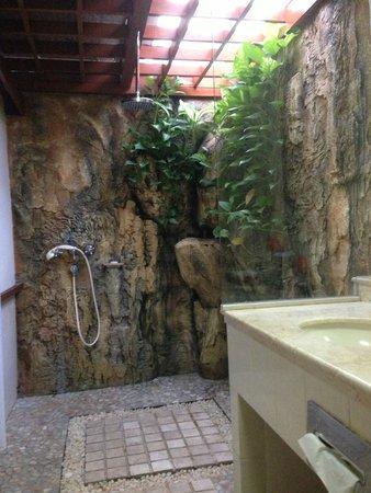 Bali Mandira Beach Resort & Spa: Cottage bathroom