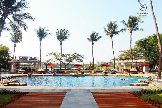 Bandara Hotel: Pool view