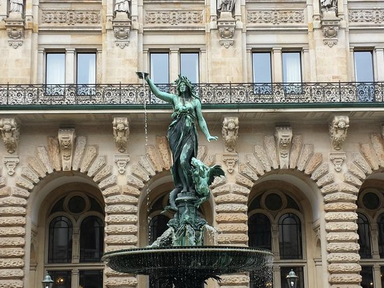 Rathaus: top statue of the courtyard fountain