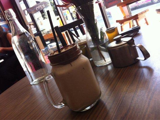 Katipo Coffee House Deluxe: Banane-Nutella-Kokos Smoothie in einem besonderen Glas. Hervorragend!!!