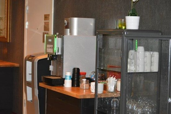 Quality Hotel Augustin: tea/coffee station in reception area