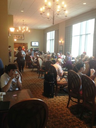 Homewood Suites by Hilton Chicago-Downtown : Busy breakfast room