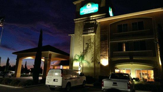 La Quinta Inn & Suites Paso Robles: Hotel at Night