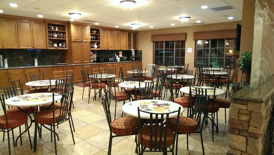 La Quinta Inn & Suites Paso Robles: Breakfast Area & Complementary Wine Tasting Area