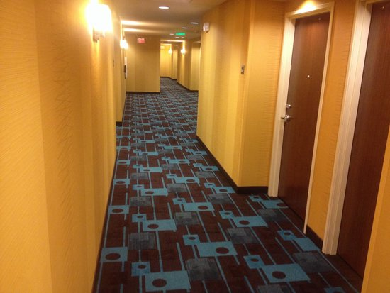 Fairfield Inn & Suites Sioux Falls Airport: Hallways. This is going to look dated in 10 years. :)