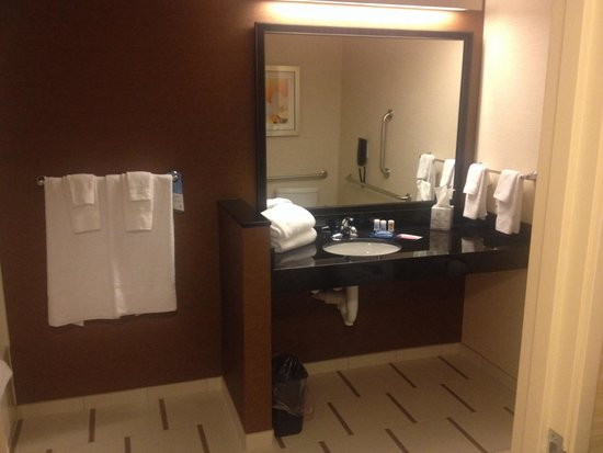 Fairfield Inn & Suites Sioux Falls Airport: Massive bathroom!
