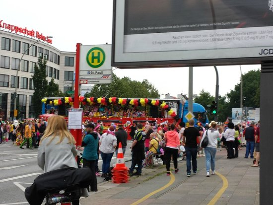 St. Pauli: 60s music festival and parade