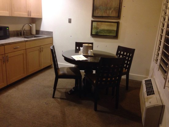 Best Western Plus Island Palms Hotel & Marina: Kitchen and dining area in room 408