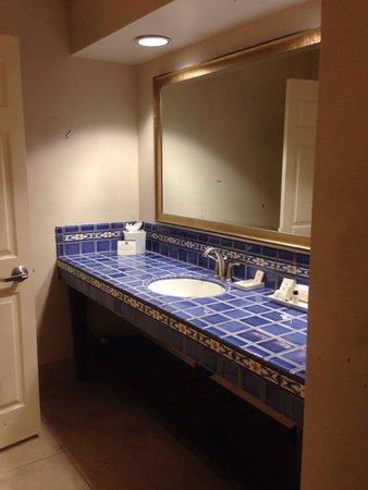 BEST WESTERN PLUS Island Palms Hotel & Marina: Bathroom area 408