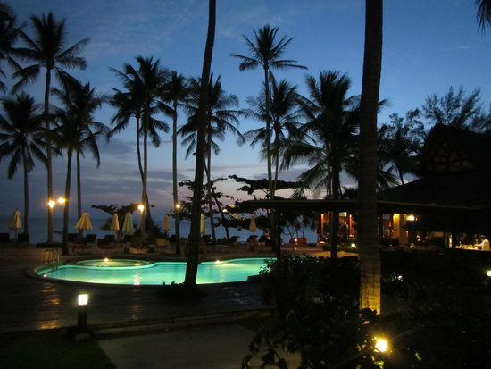 The Passage Samui Villas & Resort: Sunset swim