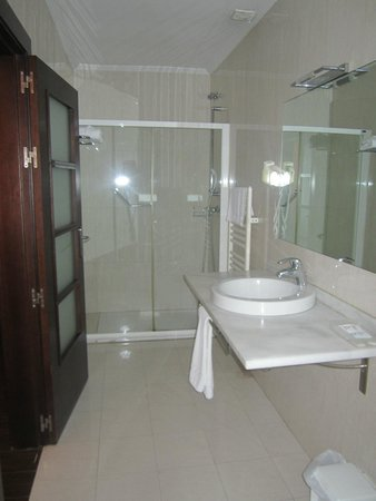 Euba Hotel : Large Bathroom