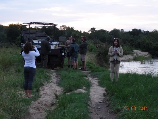 Leopard Hills Private Game Reserve: Sundowners at the days end by the river, try the bush mix.....