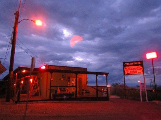 Tombstone Sagebrush Inn: Beautifully lit at night.