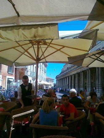 Caffe Al Teatro: vista su piazza dell'arena