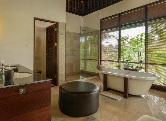 Komaneka at Bisma : Main Bathroom