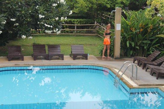 Asia Divers Resort: une madame qui prend sa douche à la pscine