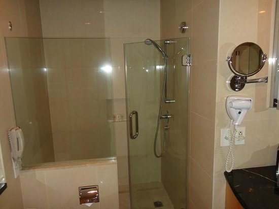 Crowne Plaza Manila Galleria: Separate Shower Stall and Bathtub areas.