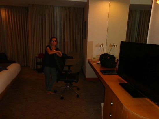 Crowne Plaza Manila Galleria: Work area, WiFi or cable connection, TV.