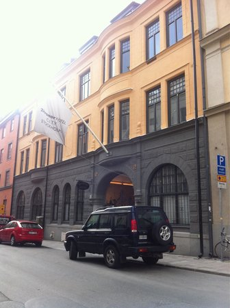 Unique Hotel: Vue depuis la rue