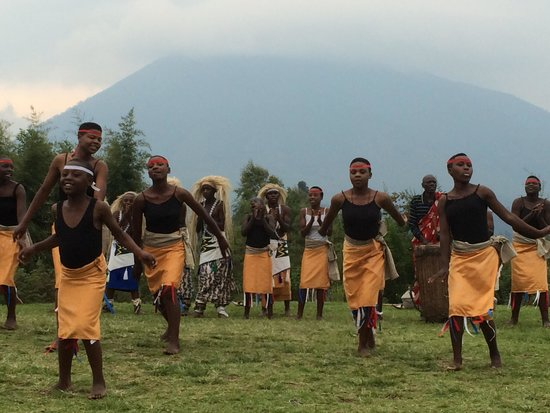 Mountain Gorilla View Lodge: Evening entertainment with the mountains behind