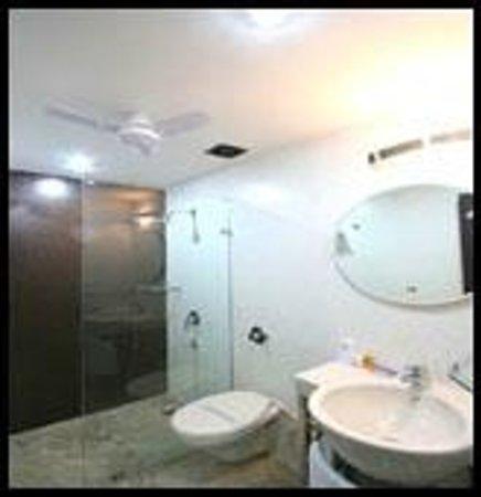 Hotel Jeniffer Inn: Ensuite Bathrooms