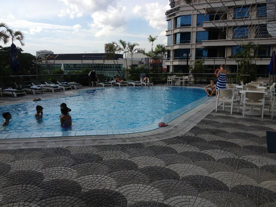 Peninsula Excelsior Hotel: One of the swimminh pools