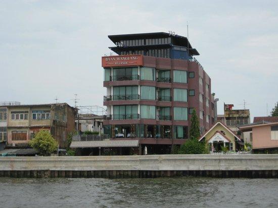 Baan Wanglang Riverside: Das Hotel vom Fluss aus gesehen