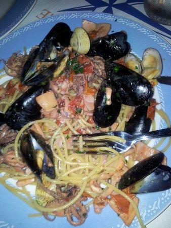 Tropical Ristorante Tipico: Spaghetti con cozze, vongole, polipo, calamari e altri frutti di mare