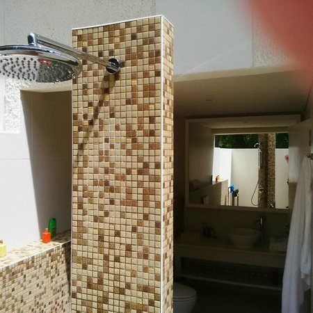 Holiday Inn Resort Kandooma Maldives: Rain Shower outside