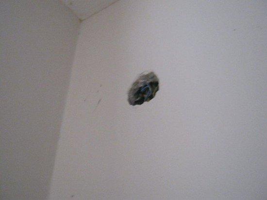 смотреть развлечение в клубах через дырку в стене