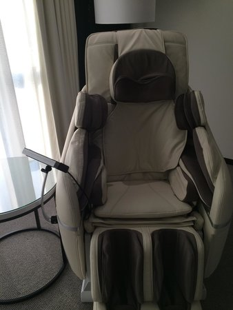 Le Meridien Dubai Hotel & Conference Centre : Royal Club smart room. Massage chair.