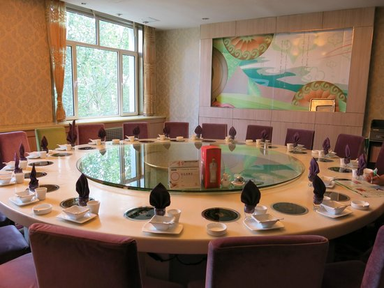 Wanda Realm Chifeng Hotel: 小肥羊の大きなテーブル、20人掛け