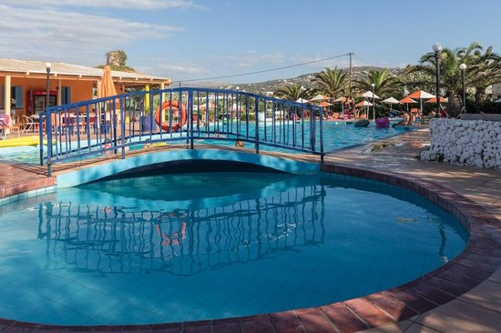 Bella Casita Family Apartments: Pool for hotel guests